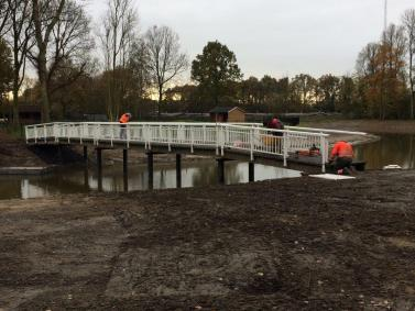 De brug in Park Quatrebras is verplaatst